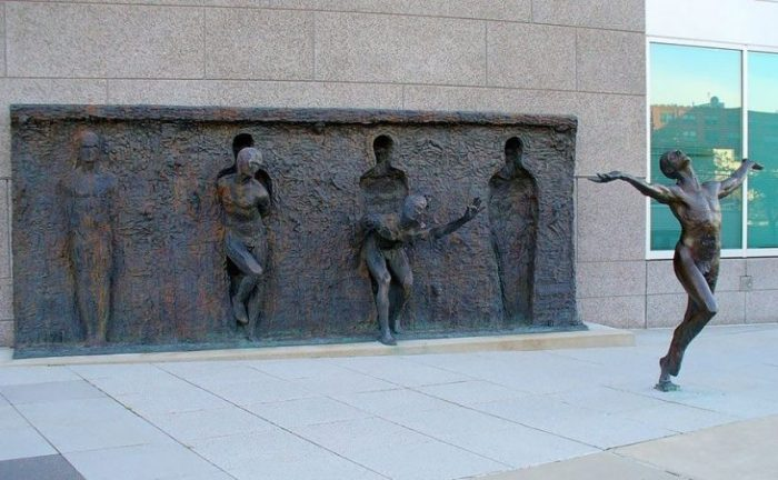 break-through-from-your-mold-by-zenos-frudakis-philadelphia-pennsylvania-usa-e1517198605881-825x510